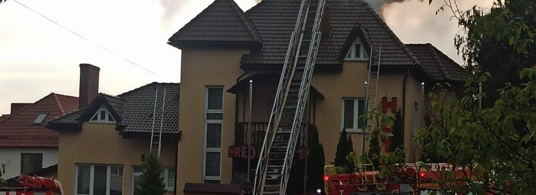 У Трускавці блискавка влучила в готель: спалахнула пожежа (ВІДЕО)