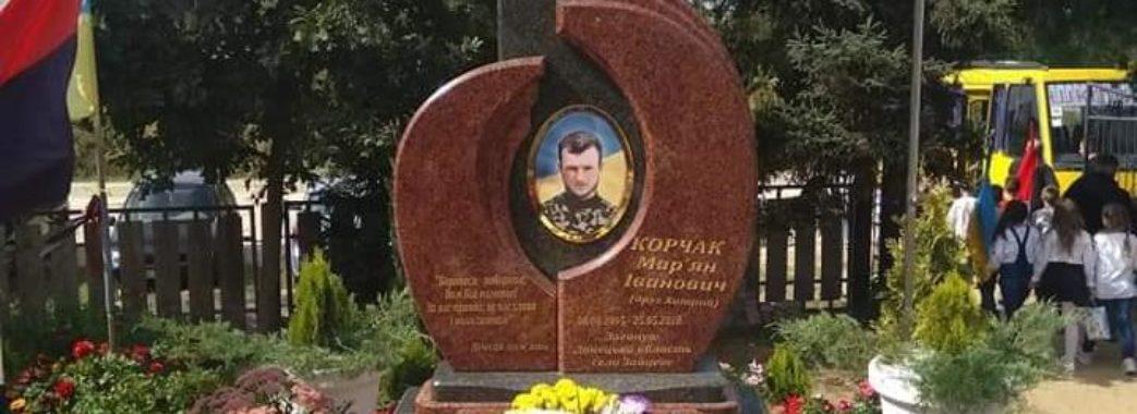 «На поліцію не розраховуємо»: на Яворівщині шукають нелюдів, які поглумилися над могилою Героя АТО