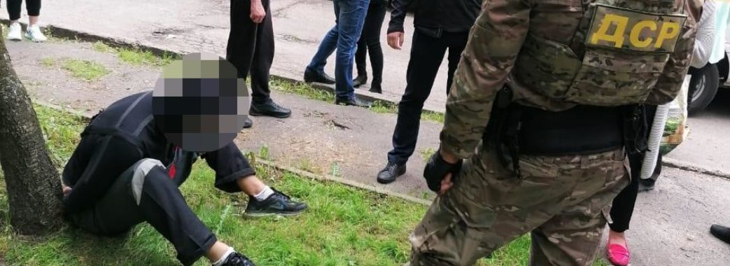 Арешт із пострілами: у Львові серед білого дня грабіжники напали на валютника