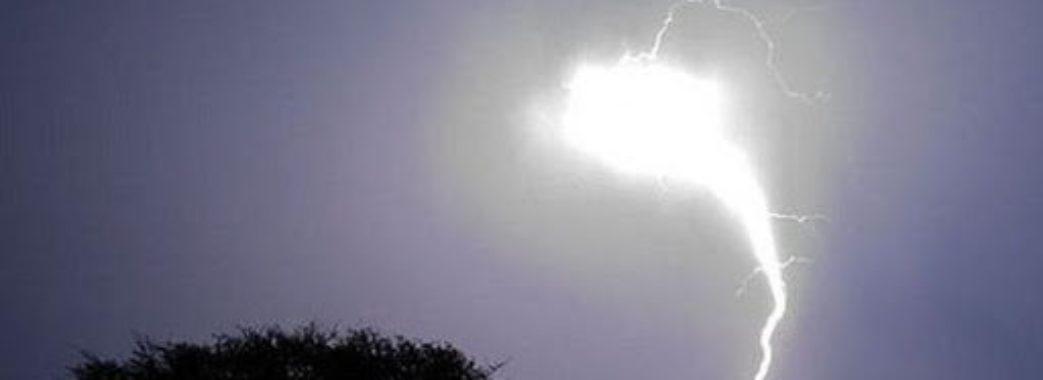 Пройшла крізь розетку: на Жовківщині у жінку влучила кульова блискавка