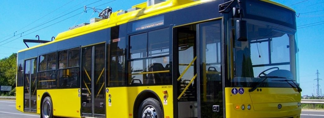 У Львові 34-річний чоловік впав під колеса тролейбуса