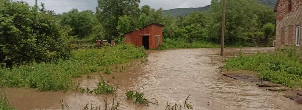 «Ніч, а люди стоять біля будинків і моляться»: Старосамбірщина далі потерпає від паводків (Відео)