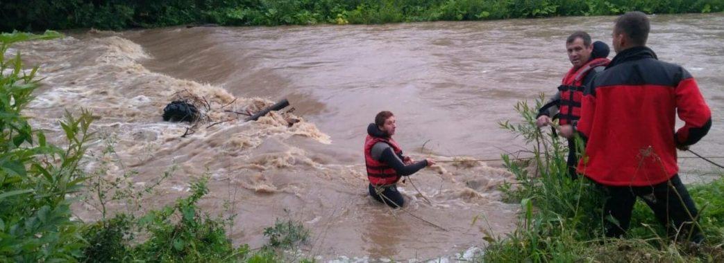 У гірській річці на Сколівщині двох туристів хвилею скинуло з квадроциклу