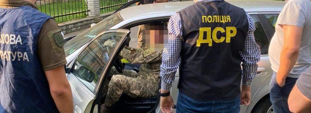 Вимагав 1200 доларів: на хабарі затримали викладача Академії сухопутних військ
