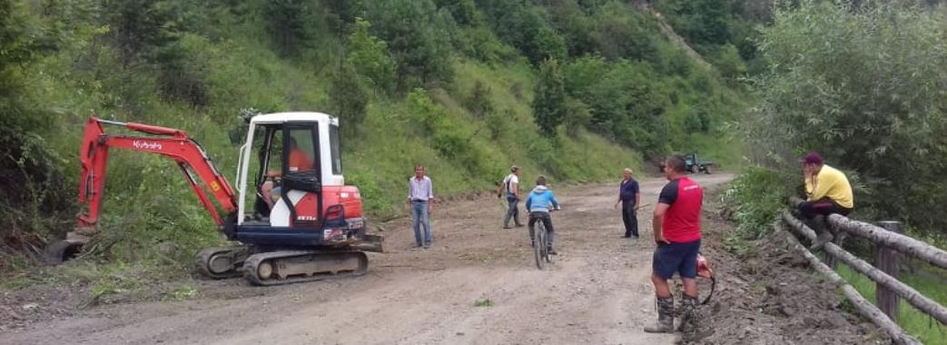 Навіть після акції єдині: мешканці Старосамбірщини допомагають у впорядкуванні дороги Стрілки-Мшанець