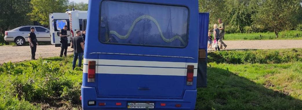 """""""Міг пробити колесо"""": на Самбірщині автобус з пасажирами з'їхав у кювет"""