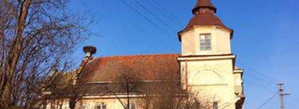 Митці передали на аукціон картини, щоб відновити пам'ятку архітектури на Перемишлянщині