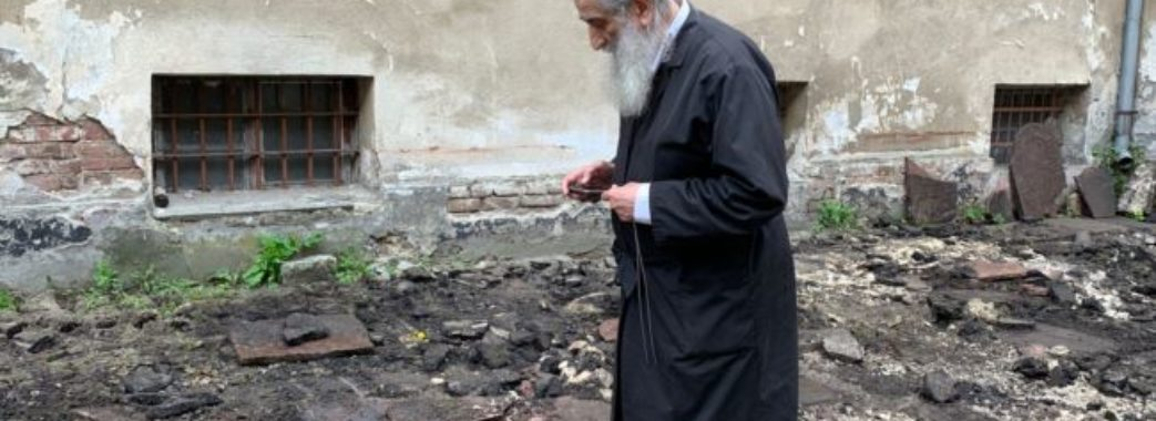 У дворику «Тюрми на Лонцького» знайшли майже 100 єврейських надгробків: там можуть бути людські рештки