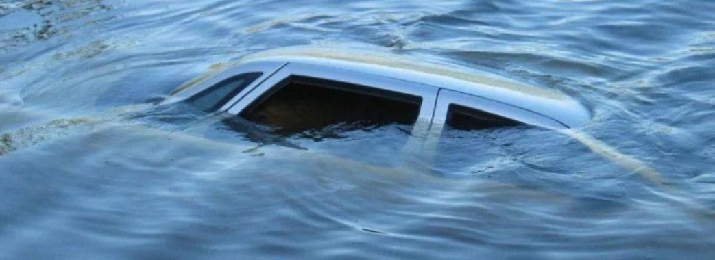 «На швидкості заходила у поворот»: на Жовківщині автомобіль з пасажирами впав у річку