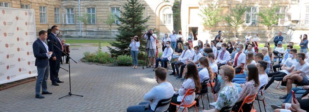 Сім тисяч за 200 балів: на Львівщині нагородили випускників за максимальну кількість балів на ЗНО