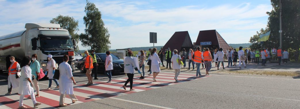 «Люди доведені до відчаю безгрошів'ям»: на Миколаївщині мітингувальники перекрили трасу міжнародного значення (Відео)