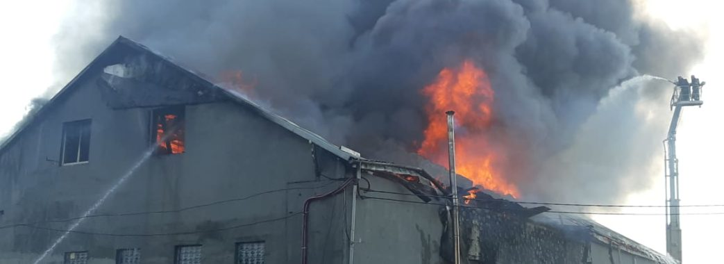 68 рятувальників гасили три години: у Рясному горіли складські приміщення