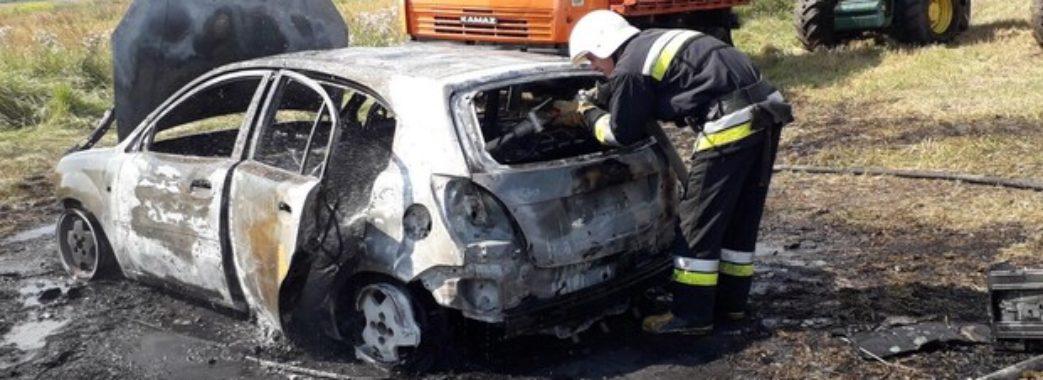 Спалахнув за секунду: на Жовківщині посеред поля загорівся автомобіль