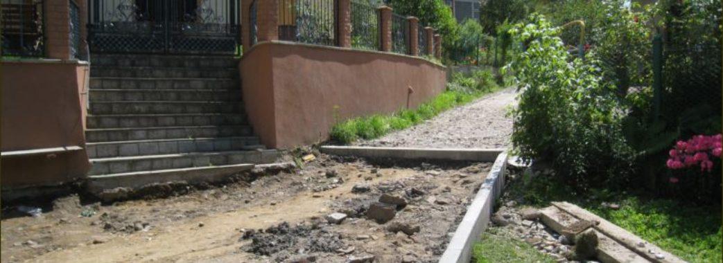 У Старому Самборі ремонтують вулицю поблизу каплички, яку освячував Андрей Шептицький