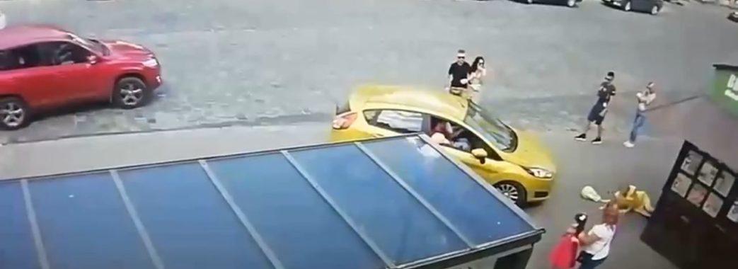 «Ще такої аварії не бачили»: у центрі Львова автомобіль збив мешканку Червонограда (ВІДЕО)