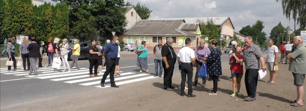 """""""Це єдине відділення на чотири села"""": на Золочівщині люди вийшли на протест через закриття банку"""