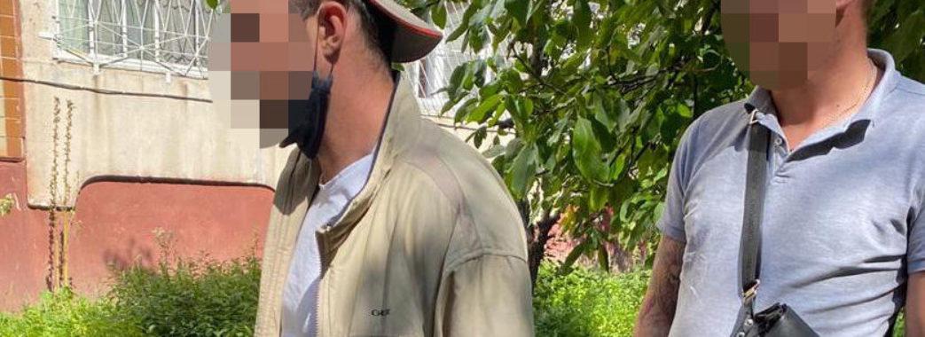 У Львові чоловік викрав з автомобіля сумку з грошима та зброєю