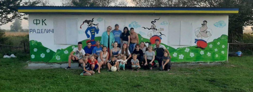 «Як козаки у футбол грали»: у Миколаївському районі креативно розмалювали роздягальню