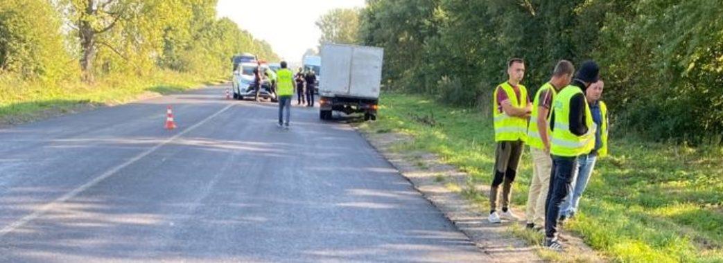 Один загинув, другий – травмований: на Самбірщині вантажівка наїхала на дорожніх працівників