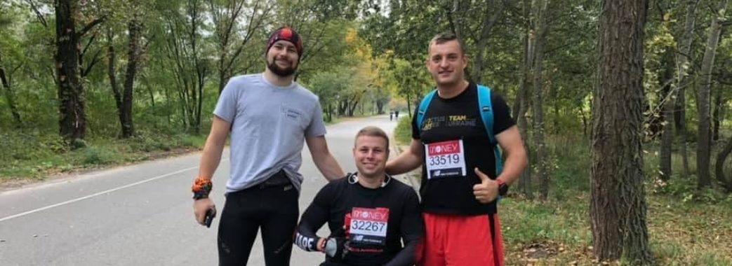 """""""42 кілометри на візку"""": львівський десантник подолав Лондонський марафон"""