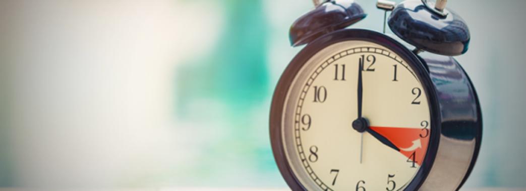 Прокидатись на годину пізніше: в Україні переходять на зимовий час