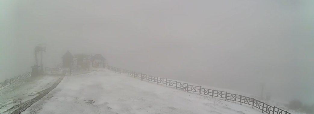 «Туристи приїжджають у шортах, а тут – сюрприз»: на Сколівщині випав перший сніг