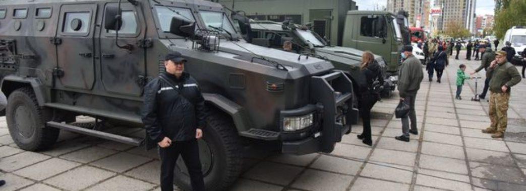 Люди можуть посидіти у військових машинах: у Львові триває виставка просто неба