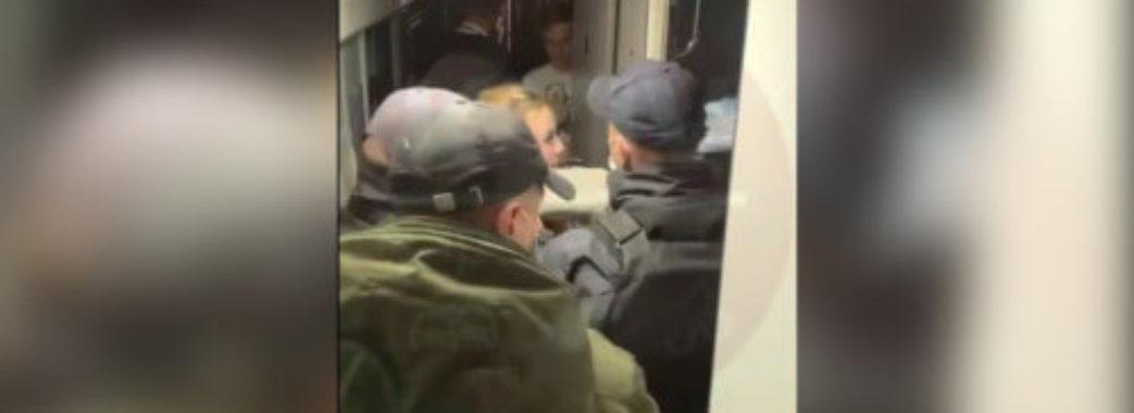 «Кричали та голими бігали по вагону»: із поїзда «Львів-Київ» висадили двох бешкетниць