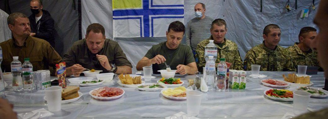 Українців спантеличило фото застілля Зеленського з військовими без тарілок