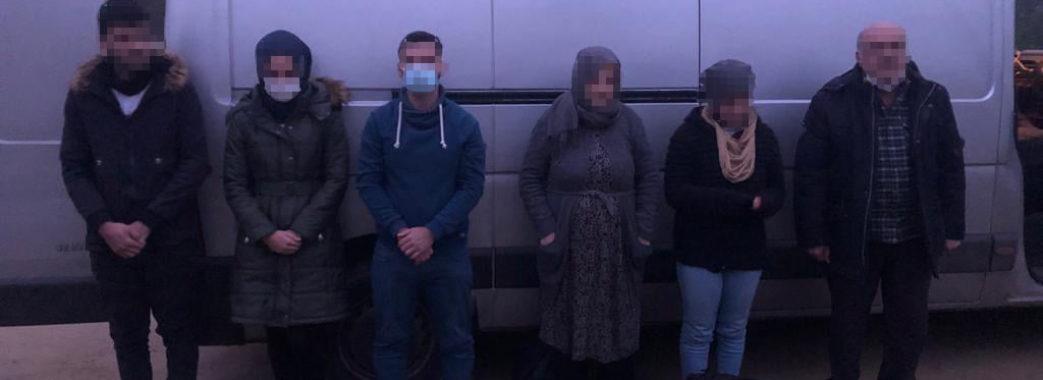 """""""Подорож скінчилася завчасно"""": на Старосамбірщині затримали шестеро іноземців (ВІДЕО)"""
