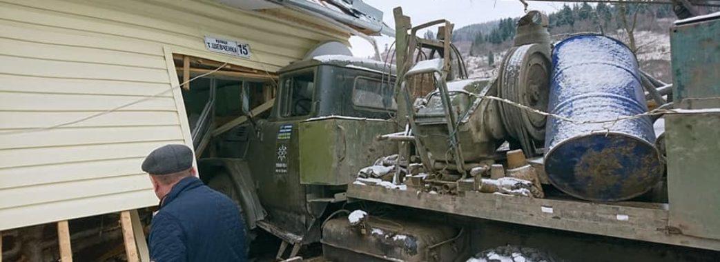 «Щастя, що люди живі зостались»: на Турківщині вантажівка в'їхала просто у приватну хату