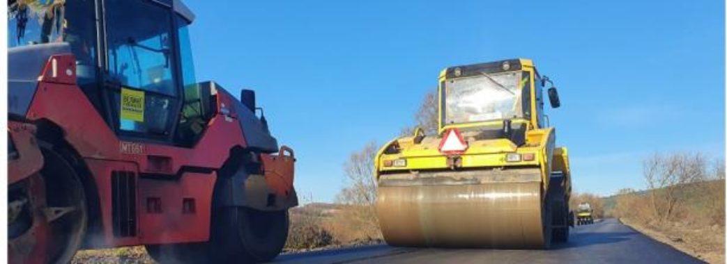 Завершують ремонт автомобільної дороги, що веде до Поморянського замку