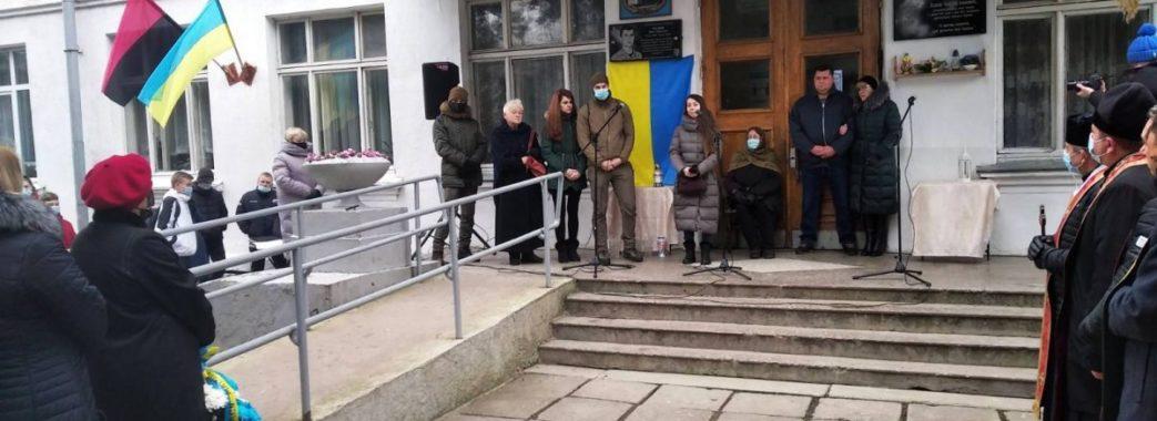 «Повернувся до рідної школи Героєм»: у Жидачеві відкрили меморіальну дошку Тарасу Матвіїву