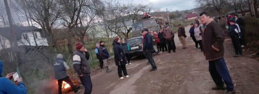 «Дорогу тільки почали робити, а її вже нищать»: на Старосамбірщині люди знову зупиняють лісовози