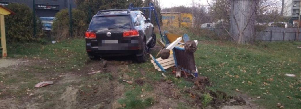 П'яний поліцейський вдень розтрощив дитячий майданчик у Львові (ВІДЕО)