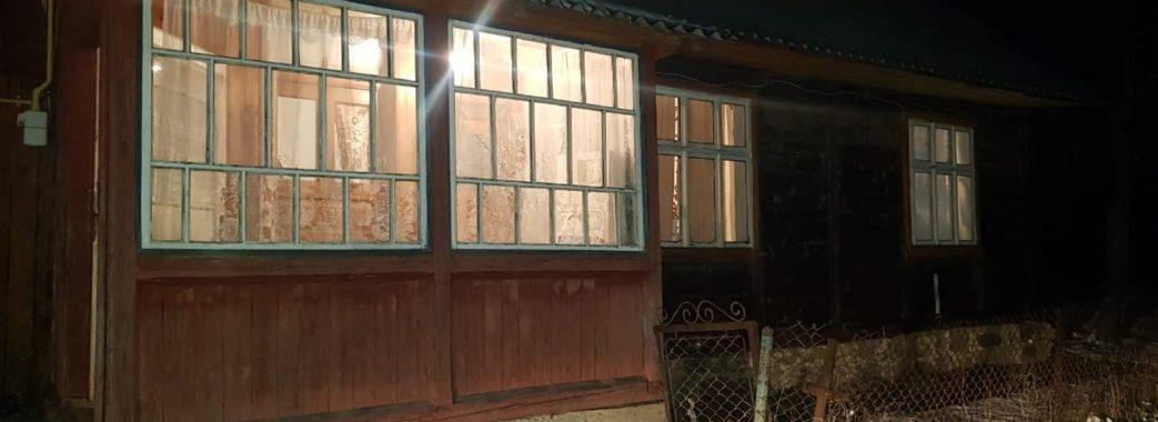 Розбили шибку, залізли в хату та вимагали гроші у пенсіонерки: на Сколівщині затримали розбійників