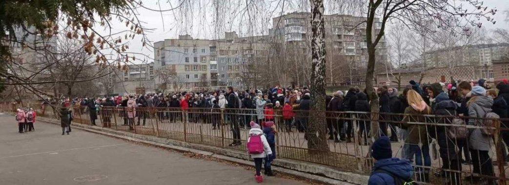 """Через """"забавку"""" старшокласника зі школи евакуювали 400 осіб"""