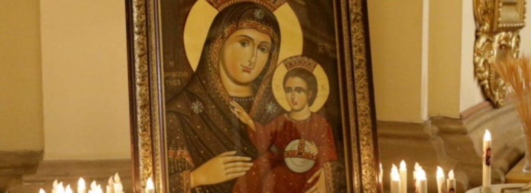 «Після щирої молитви стали батьками»: у Львові виставили копію ікони, на якій Пресвята Діва усміхається