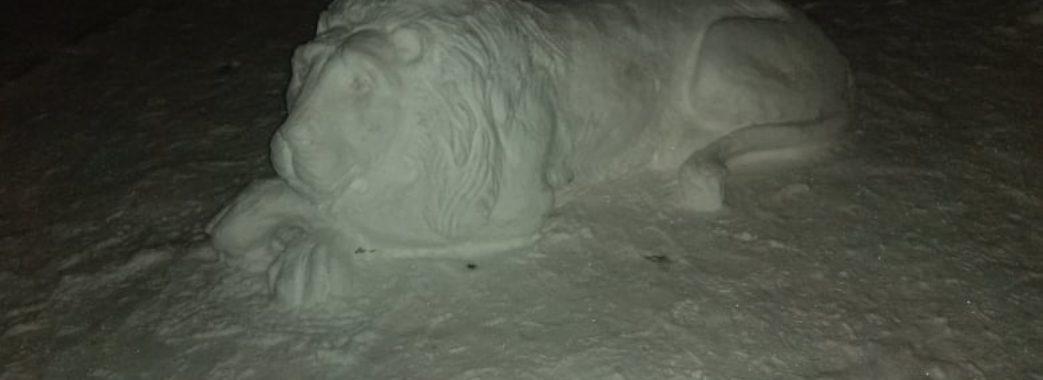 Мешканець Старосамбірщини вразив Львівщину скульптурами левів зі снігу