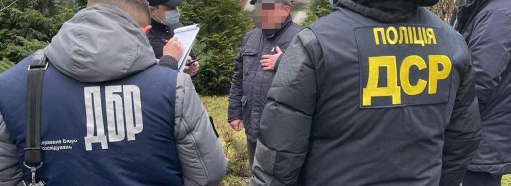 Вимагав грошей у львівських підприємців: у податковій затримали посадовця-хабарника
