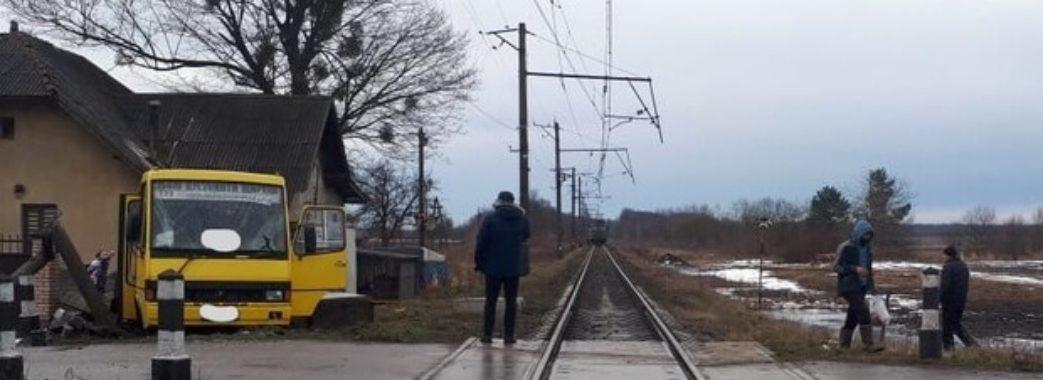 На Пустомитівщині поїзд зіткнувся із маршруткою: пасажир помер у лікарні(ФОТО)