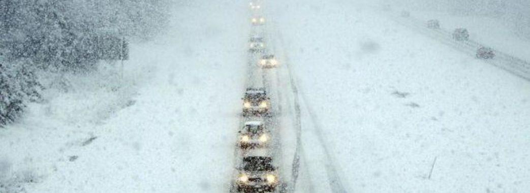 Через снігопади на Львівщині відмінили авіарейси та обмежили рух транспорту