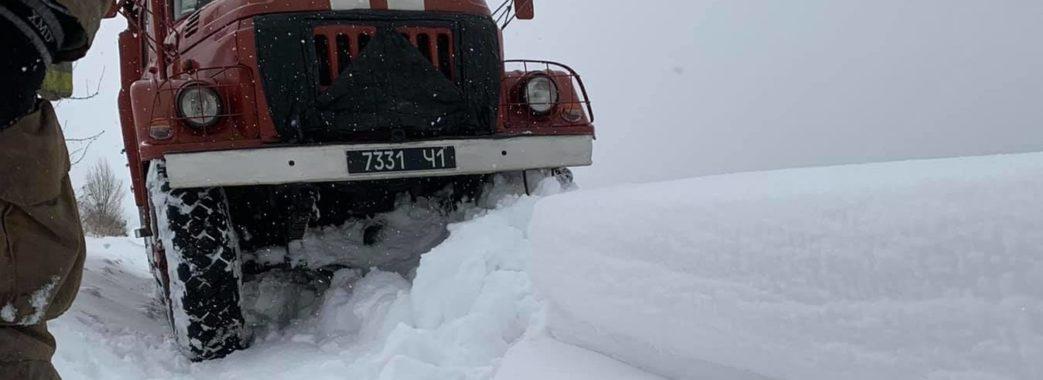 «Снігу по пояс»: у Стрийському районі надзвичайники на ношах несли хвору до «швидкої» (ФОТО, ВІДЕО)