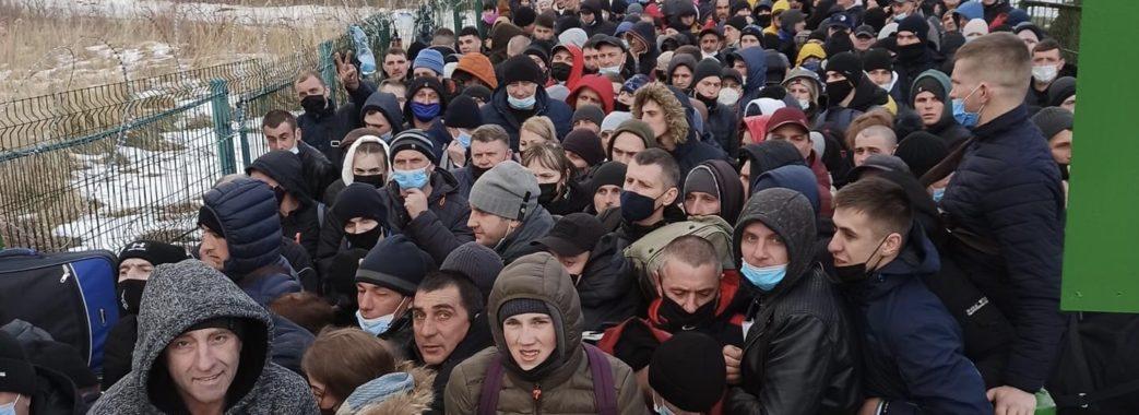 На кордоні у Шегинях черги на сотні людей