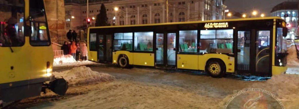 «Сніговий локдаун»: негода паралізовує рух на дорогах Львова та області