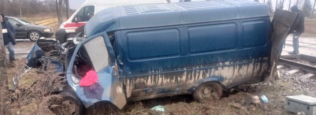 Надіявся проскочити: на Стрийщині пасажирський поїзд зіткнувся з автівкою