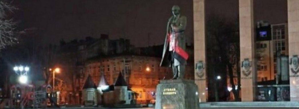 У Львові затримали вандалів, що облили червоною фарбою пам'ятник Бандері (ФОТО)