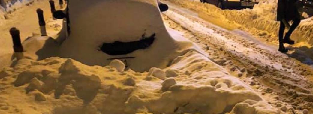«Машина проїхала у 30 сантиметрах від мене»: через зламану на вулиці ногу львів'янка подаватиме до суду