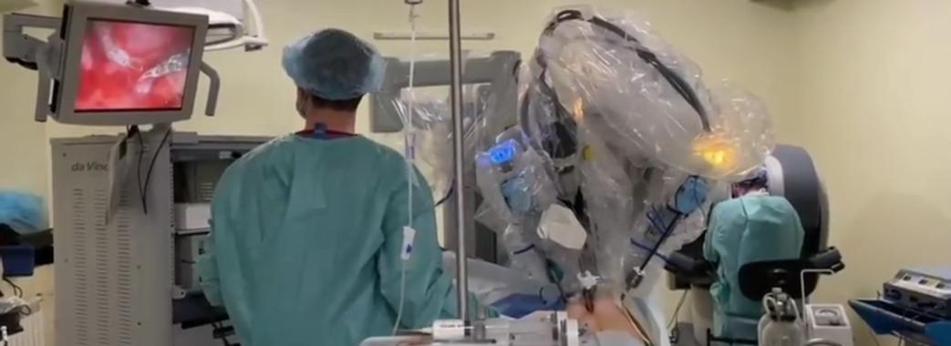 Вперше в Україні: у львівській лікарні дитину прооперував робот