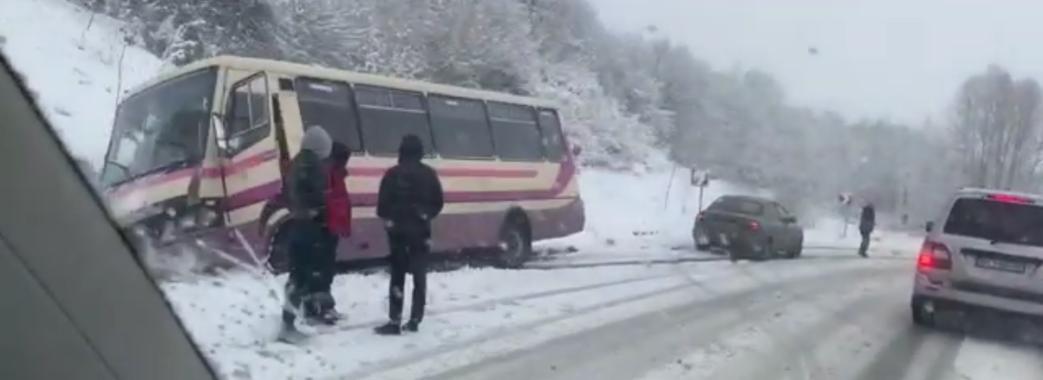 На Самбірщині маршрутка з пасажирами злетіла з дороги (Відео)